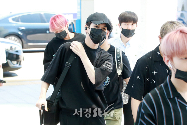 <p>Ong Seong-wu of Wanna One (Wanna One) shows off airport fashion and is leaving.</p>
