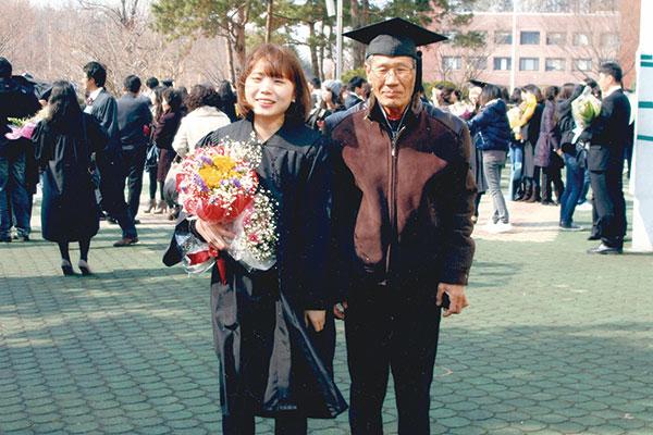 ⓒ어떤책 제공 김달님씨의 대학 졸업식 사진.그의 할아버지와 할머니는 이날 처음으로 학사모를 써봤다.