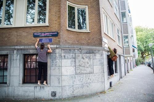 새로운 거리명 표지를 기존의 표지 밑에 붙이는 활동가들[출처: 페미니스트 단체 'De Bovengrondse' 페이스북]