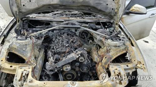 운행 중 화재로 불 탄 차량 [연합뉴스 자료사진]