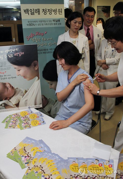 어린이병원 의료진 백일해 예방접종 [연합뉴스 자료사진]