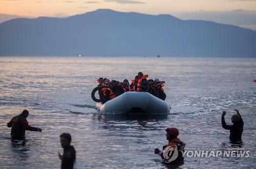 터키에서 고무보트로 에게해를 건너 그리스 레스보스섬에 도착한 난민들 [EPA=연합뉴스 자료사진]