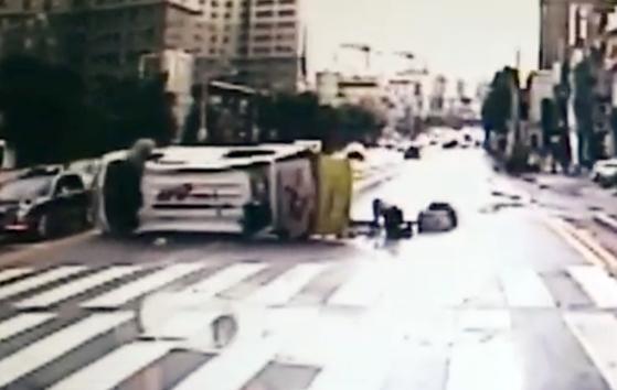 지난달 2일 광주광역시에서 일어난 119구급차 사고 직후 도로 위를 기어가 환자를 살피는 구급대원. [연합뉴스]
