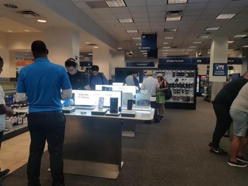휴대폰 판매점에서 갤럭시노트9을 둘러보는 소비자들
