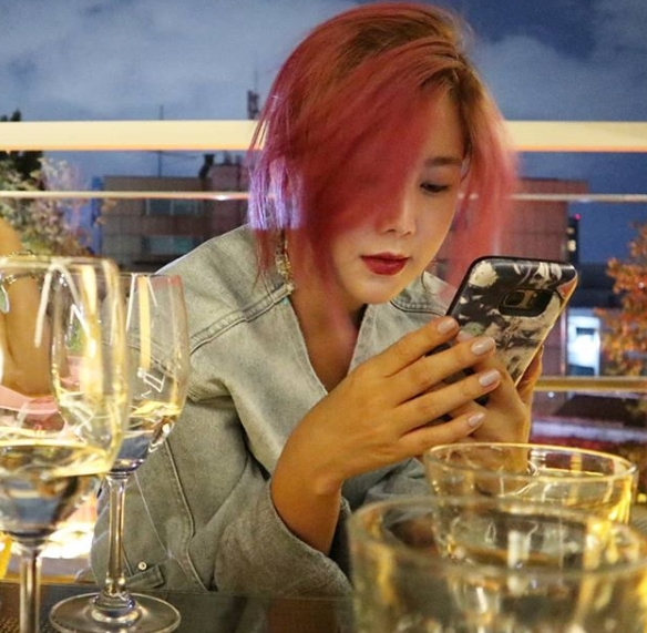 <p>Singer / painter Solbi has released up-to-date.</p><p>Solbi posted a picture on the afternoon of August 13th at the Instagram along with a sentence saying Talking with friends is healing. Teddy representative Yes.</p><p>In the released photo, Solbi boasts a beautiful watering figure while staring at the screen of the mobile phone.</p><p>Solbi has recently received love of fans not only as a singer but also on art related activities steadily. Recently, the first art house party in the country combining Exhibition and concert Vilabira Night was held and emerged as an icon of popularization of art.</p><p>Then in July I attempted to transform into a single-person media creator through the YouTube channel Roma Princess Solbi. From the 6th the day we entered the New Art Project Award-Winning Art Museum through the YouTube channel Dubious Museum of Rome Princess.</p>