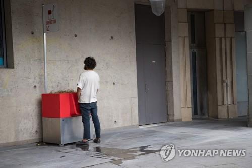 13일(현지시간) 파리에 있는 역 인근 공중 소변기를 한 남성이 이용하는 모습 [AFP=연합뉴스]
