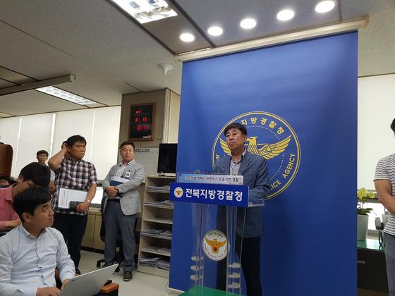 황인택 군산경찰서 형사과장이 지난 13일 전북경찰청 브리핑룸에서 '원룸 여성 살해·암매장 사건'에 대해 브리핑하고 있다. 김준희 기자