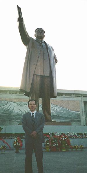 ⓒ박채서 제공 1995년 5월 평양에 있는 김일성 주석 동상 앞에서 찍은 '흑금성' 박채서씨 기념사진.