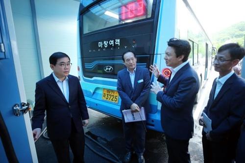 허성무 창원시장(왼쪽)이 장재영 마창여객 대표(오른쪽 두번째)로부터 전기버스 관련 설명을 듣고 있다.