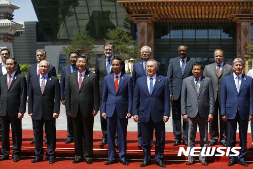 【 베이징=AP/뉴시스】중국 베이징에서 15일 일대일로 국제협력 정상포럼에 참석한 정상들이 기념촬영을 하고 있다. 왼쪽 두번째가 블라디미르 푸틴 러시아 대통령, 그 옆이 시진핑 중국 국가주석이다. 2017.05.15