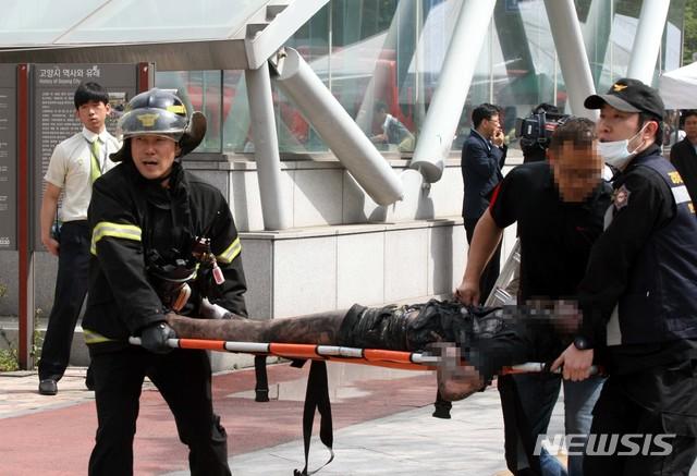 【고양=뉴시스】이경환 기자 =지난 2014년 5월26일 오전 9시 2분께 경기 고양시 일산동구 고양종합터미널 지하 1층에서 화재가 발생, 실내에서 구조된 구조자가 병원으로 이송되고 있다. 2014.05.26.lkh@newsis.com