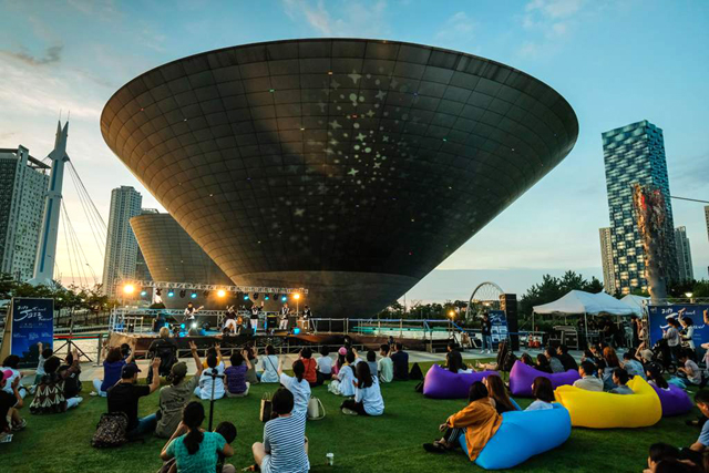 인천 송도국제도시 복합문화공간인 트라이보울에서 지난해 열린 재즈페스티벌 공연 모습. 올해는 24∼26일 트라이보울 실내 공연장과 야외 수변무대에서 13개 팀의 공연이 펼쳐진다. 인천문화재단 제공