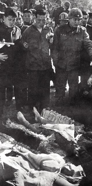 """1968년 1월, """"박정희의 목을 따러 왔다""""고 했던 북한 특수부대원 김신조가 투항한 뒤, 군경에 쫓기다 숨진 북 부대원 주검을 확인하고 있다. <한겨레 출판> 제공."""