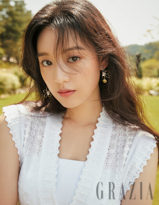 <p>Actor Kim Ji-won boasted a refreshing beauty.</p><p>Fashion magazine Maria Grazia Cucinotta has released a photo book of elegant and beautiful goddess mood of actor Kim Ji-won. In the gravure Kim Ji - won directs a fascinating atmosphere of autumn taste with the new product Colon Hazel Honeysuckle And Vana of Joe Malone at a refreshing outdoor garden reminiscent of Europe.</p><p>Kim Ji-won interviewed Joe Malone London is a UK brand. I like the peculiar clean and upscale atmosphere and expressed love for the brand.</p><p>In addition, he said About Hazel Honeysuckle And And Bar At the moment of smelling, a piny wild grass was reminiscently associated with a rural garden and pushed by a happy mood, but sprinkling a scent and spending a little time Afterwards, a refreshing sweet scent will gradually make it an attractive fragrance! I will smile brightly and continued talking with such fragrance variations more fascinating. </p><p>Kim Ji - won is a story behind smiling and concentrating on the shooting even in the hot summer heat, warming the atmosphere of the shooting site.</p><p>On the other hand, Kim Ji-won pictures with Joe Malone London can be seen on Maria Grazia Cucinotta September and Maria Grazia Cucinotta official homepage</p>