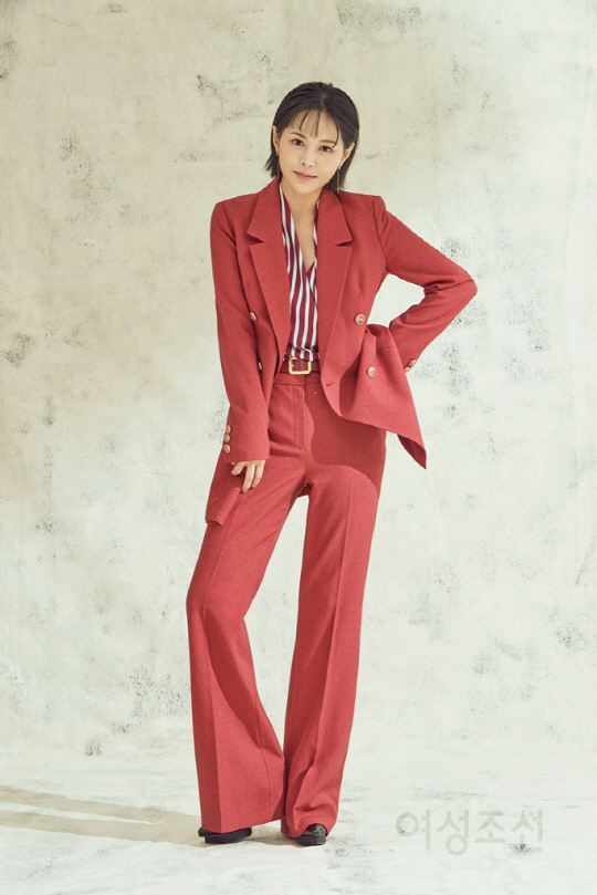 <p>On 24th, affiliation office TCOent has released cover picture of Lee Young-ahs Chosun Broadcasting Company September issue.</p><p>In the picture Lee Young-ah matched the Burun check suit with a warm autumn atmosphere Punginunga and intense red suit, completing an elegant and attractive modern look look.</p><p>He released a photo collection of intense concepts that has been reversed with the pure image that I have shown so far, he demonstrates the crash charm by perfect digestion of various office looks including autumn.</p><p>He is in the middle of the KBS 2 TV continuous drama To the last minute he is a character in the drama While in the shooting and interviewing are done with bright and lively energy like Hanga Young, making the scene where the laugh is not lost is cozy It is a story behind it.</p><p>He also made an interview on the view of life even at a scene of a friendly atmosphere, and when he stood in front of the camera he made a professional appearance such as suddenly changing with a serious look, and he also showed an impression of the surrounding steps.</p><p>On the other hand, Lee Young-ahs various gravure cuts and interviews can be seen in the September issue of Chosun Broadcasting Company.</p>