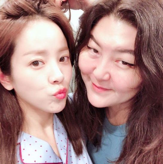 <p>Actor Han Ji-min and stylist Han Hye-yeon showed off a thick friendship.</p><p>On August 23, Han Ji-min posted a photograph with a sentence Happy virus Han Hye-yeon that appeared at the shooting site on his own instagram.</p><p>The figure of Han Hye-yeon which puts her lips all the way to Han Ji-mins face has been put in order to kiss in the photo. Han Ji-min is laughing brightly and is face-to-face. The friendly atmosphere of the two people attracts the gaze.</p><p>The fans who touched the photo says, Who are the two ladies who cut off this cute, they are very beautiful, It is a true good company and there is something like faith, Both lovely lovely He showed a reaction such as Beautiful.</p><p>Han Ji-min is appearing as a wife of Uzin of Cha Ju-hyuk (intelligence) at knowing wife</p>