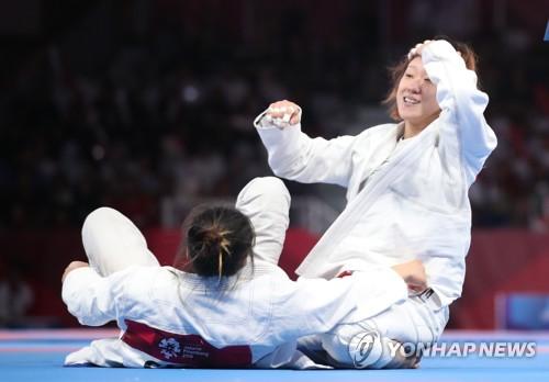 성기라 '드디어 웃다' (자카르타=연합뉴스) 김주성 기자 = 25일 오후(현지시간) 인도네시아 자카르타 컨벤션센터 어셈블리홀에서 열린 2018 자카르타·팔렘방 아시안게임 주짓수 여자 62kg급 결승전에서 성기라가 싱가포르의 리엔 티안을 누르고 금메달을 획득한 뒤 기뻐하고 있다. 2018.8.25      utzza@yna.co.kr  (끝)