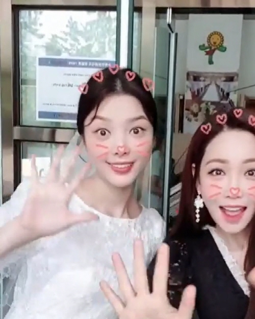 <p>Actor Lee Yoo-ri released a picture taken with Hyun-kyung Uhm, a collection of photographs of Hide and Seek.</p><p>Lee Yoo-ri gave a short video on his own instagram together with the sentence # Lee Yoo-ri # mbc # Weekend Drama # Hide and Seek # Minchelin # Hyun-kyung Uhm # Ha Yeon-joo did.</p><p>Among the published pictures Lee Yoo-ri and Hyun-kyung Uhm gently standing posing towards the camera.</p><p>Meanwhile, the first broadcasting MBC Hide and Seek on the 25th afternoon is bringing out an explosive reaction with the acting performances of the actors and the frenzy of squishing Time.</p><p>The success of Lee Yoo-ri who believes in it was still reliable. I once proved why he is a fresh glass through his Hide and Seek once again.</p>