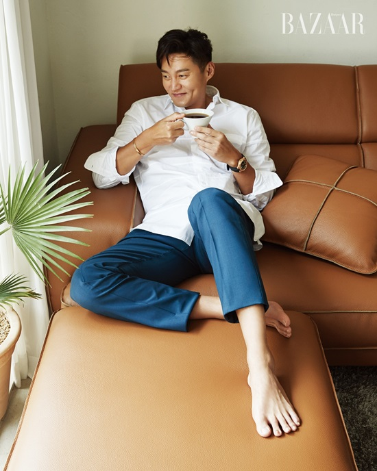 <p>Lee Seo-jin recently advanced photography with the fashion magazine bazaar.</p><p>Lee Seo-jin is showing a relaxing appearance with comfortable pose and expression together with the sofa in the published photo collection.</p><p>Lee Seo-jin appeared in numerous entertainment such as grandfather than flower, Youns Kitchen, and together expressed the attractiveness of humans from the existing smart image. In the second half, I will refrain from releasing the movie Perfect other people.</p><p>Lee Seo-jins picture can be seen through Bazaar September issue.</p>