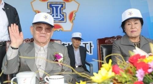 2015년 10월11일 대구공고 총동문회 체육대회에 참석한 전두환 전 대통령 내외. 뉴스1