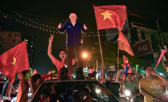 베트남 국민들은 아시안게임 4강에 진출하자 거리로 쏟아져나와 박항서 실물 크기 입간판을 들었다. [베트남 징 캡처]