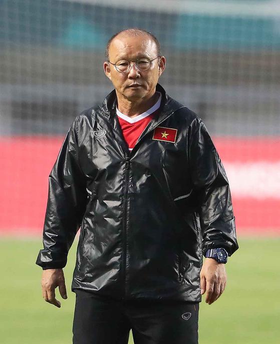 2018 자카르타·팔렘방 아시안게임 U-23 남자축구에 출전하는 베트남 축구대표팀 박항서 감독이 28일 오후 인도네시아 보고르 파칸사리 스타디움에서 선수들의 훈련을 지켜보고 있다. 베트남은 29일 이곳에서 대한민국과 준결승전을 치른다. [뉴스1]