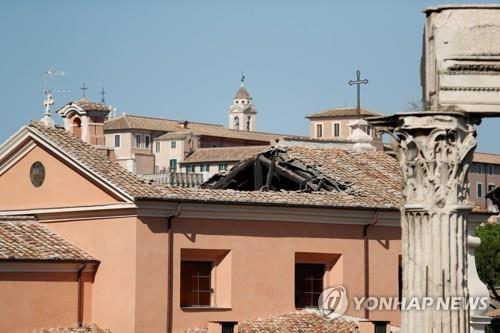 지붕이 뜯겨 나간 이탈리아 로마의 '산 주세페 데이 팔레냐미' 성당