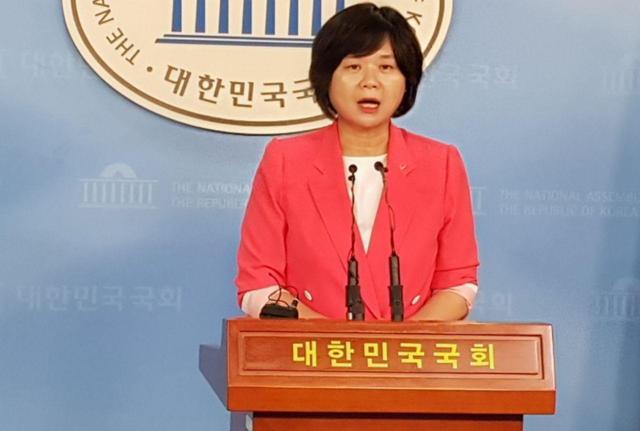 이정미 정의당 대표가 3일 국회 정론관에서 '명백한 거부의사 표시에 반한 강간죄'를 신설하는 내용의 형법 개정안 발의 관련 기자회견을 하고 있다.
