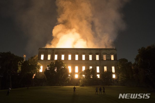 【리우데자네이루=AP/뉴시스】브라질 리우데자네이루에 위치한 국립박물관에서 2일(현지시간) 대형 화재가 발생해 건물이 거의 전소했다. 사진은 이날 불길에 휩싸인 박물관의 모습.2018.09.03.