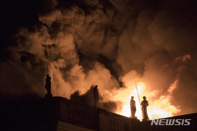 【리우데자네이루=AP/뉴시스】브라질 리우데자네이루에 위치한 국립박물관에서 2일(현지시간) 화재가 발생해 건물이 시뻘건 화염에 휩싸였다. 2018.09.03.