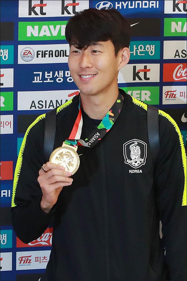 3일 오전 '2018 자카르타-팔렘방 아시안게임'에 참가했던 한국 남자축구대표팀의 손흥민이 인천국제공항을 통해 귀국해 금메달을 보여주고 있다. ⓒ데일리안 류영주 기자