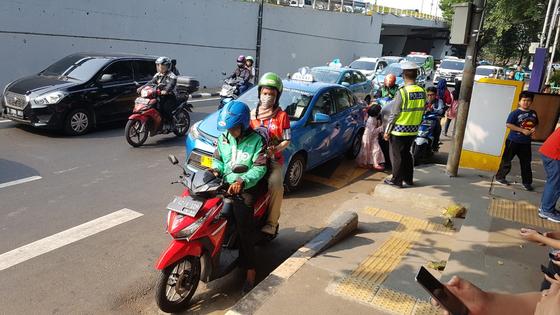 아시안게임 기간 시민과 외국인들의 발이 됐던 오토바이 택시. 자카르타=김지한 기자