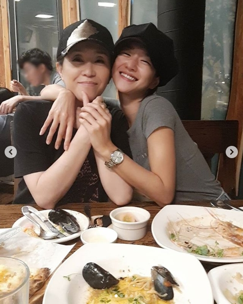 <p>Actors Seo Ye-ji, Kim Mi-kyung I showed friendship beyond cars of this age.</p><p>On September 4, Seo Ye-ji posted an authorized shot of the guy who received the senior actor Kim Mi-kyung from the senior actor.</p><p>To the publics car, My daughter Prediction I love. Show me the best acting and I support the movie Darkness . I do my best, The phrase is written.</p><p>This Seo Ye-ji told My mom Kim Mi-kyung Sam Max. Even if it got tough, the power is just Magu Magu and thankfulness was conveyed.</p><p>Meanwhile, Kim Mi-kyung, Seo Ye-ji, parent-child collaboration with the tvN drama Super Daddy Row broadcasted in the past 2015</p>