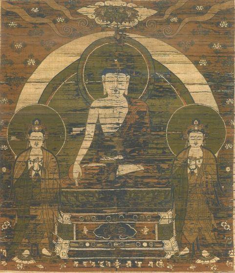 불화의 위쪽에 표현한 석가삼존도. 가는 실로 자수를 놓아 본존불인 석가모니 부처(가운데)와 양옆에 함께 서있는 보살상을 정교하게 표현했다. 본존 도상은 원나라 간섭기부터 고려에 유입된 티벳 불상의 영향을, 보상들은 고려불화의 잔영을 보여준다.