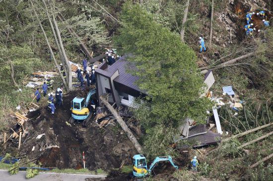 6일 새벽 3시 8분께 규모 6.7의 지진이 홋카이도(北海道)를 강타했다. 사진은 아쓰마에서 구조요원들이 산사태가 덮친 집 부변에서 구조활동을 펼치고 있는 모습. AP뉴시스