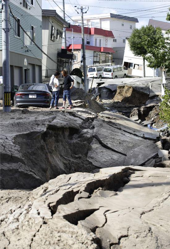 6일 새벽 일본 홋카이도에서 발생한 규모 6.7의 지진으로, 삿포로 시내 도로가 갈라졌다. AP뉴시스