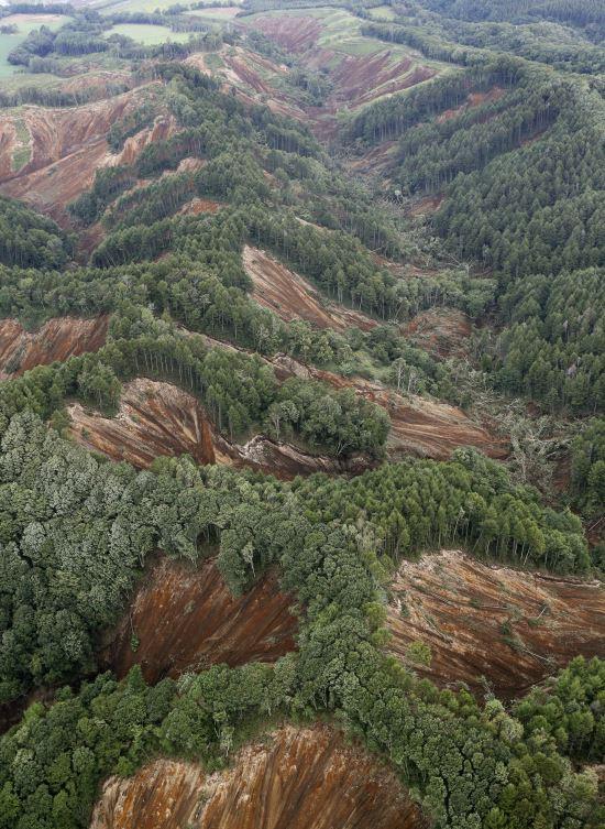 6일 새벽 3시 8분께 규모 6.7의 지진이 홋카이도(北海道)를 강타했다. 사진은 지진으로 아쓰마에서 산사태가 발생한 모습. 산의 일부분이 마치 칼로 도려낸 듯 무너져 내리면서 단면이 드러나 있다. AP뉴시스