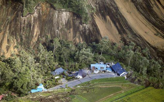 6일 새벽 3시 8분께 규모 6.7의 지진이 홋카이도(北海道)를 강타했다. 사진은 지진으로 아쓰마에서 산사태가 발생한 모습. 산의 일부분이 마치 칼로 잘라낸 듯 무너져 내리면서, 아래 쪽에 있던 집들을 덮쳤다. AP뉴시스