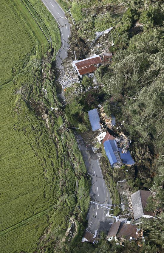 6일 새벽 3시 8분께 규모 6.7의 지진이 홋카이도(北海道)를 강타했다. 사진은 지진으로 아쓰마에서 산사태가 발생한 모습. 산의 일부분이 무너져 내리면서, 아래 쪽에 있던 집들을 덮쳤다. AP뉴시스