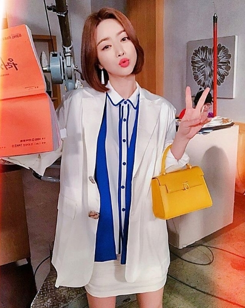 <p>Actor Hong Soo-Ah released the shoot site of KBS 2 TV continuous drama Love To The End.</p><p>Hong Soo-Ah posted one photo on his own instagram on September 6.</p><p>The figure of Hong Soo-Ah holding a script of love to the end in the photo was put in. Hong Soo-Ah keeps his lips all the way to look at the camera and kiss. Hong Soo-Ahs pure beauty attracts eyes.</p><p>The fans who touched the picture showed reactions such as Sua is very beautiful, Lovely look good, Fighting to the end!</p><p>Hong Soo-Ah is acting as a career woman accent and role playing the role of love till the end hiding the black desire</p>