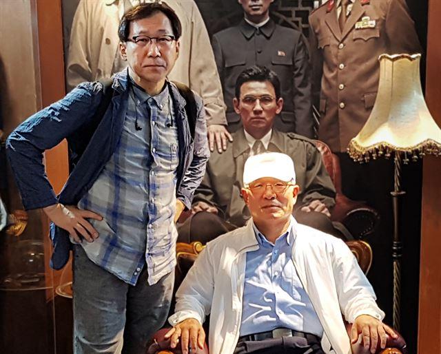 7월 31일 서울 용산CGV에서 열린 영화 '공작' VIP시사회에 참석한 박채서(오른쪽)씨. 박씨가 영화 포스터 앞에서 김당 기자와 찍은 기념 사진이다. 김당 제공