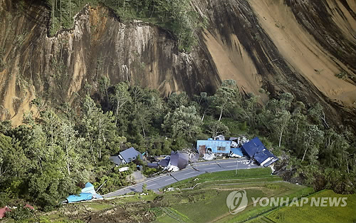 日홋카이도 강진으로 산사태 발생한 아쓰마 마을 (아쓰마<홋카이도> AP/교도=연합뉴스) 6일(현지시간) 새벽 일본 북단 홋카이도에서 발생한 규모 6.7의 강진으로 산사태가 일어나면서 아쓰마 마을의 집과 건물들이 파손돼 있다. lkm@yna.co.kr (끝)