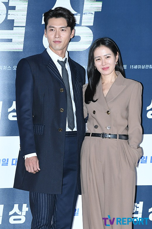 <p>Actor Hyun Bin and Son Ye Jin participated in the movie Negotiation (directed by Lee Jong-seok) held at CGV Yongsan District Han River at the CGV Yongsan District Han River on Monday afternoon with photo time There.</p><p>Negotiation starring Son Ye Jin and Hyun Bin will be the worst hostage play ever in history from Thailand, crisis Negotiation to stop the hostage crime within the time limit Craginal entertainment movie that starts Negotiation once in Gaga life Come on in the 19th release.</p>