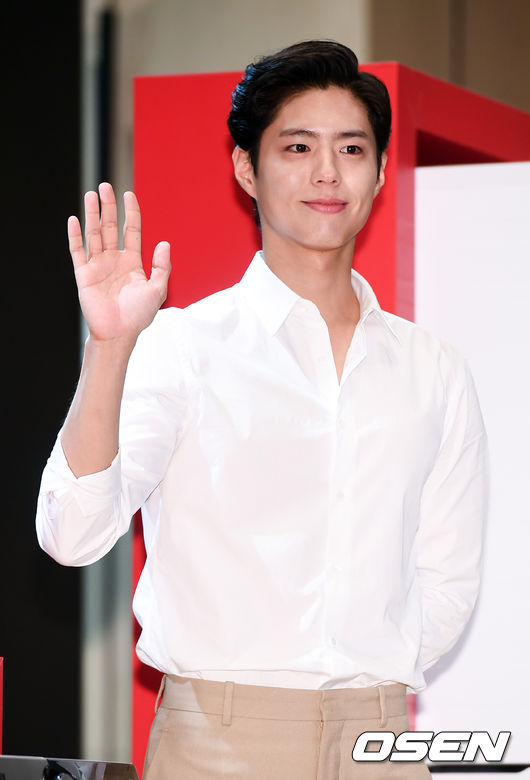 <p>On the morning of November 11, the actor Park Bo - gum is posing for the Winix Tumble dryer launch event at Seoul Gwanghwamun Four Seasons Hotel. /</p>