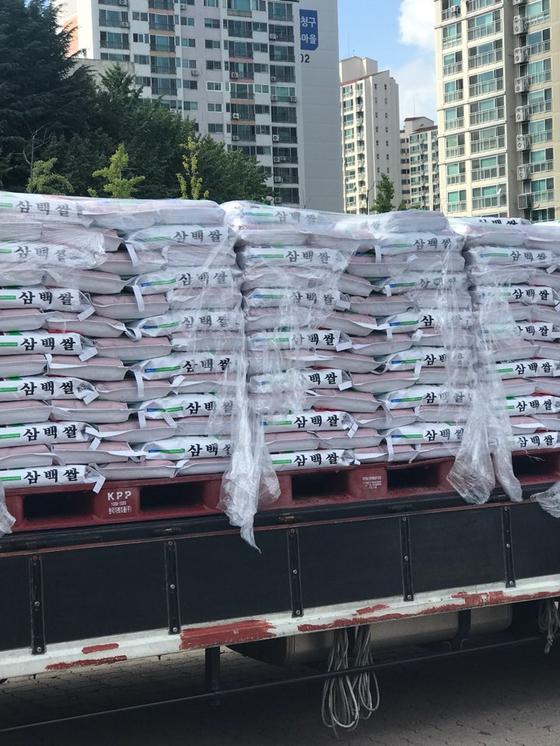 수성구 키다리 아저씨가 12일 기부한 쌀. 트럭에 쌀이 잔뜩 실려 있다. 김윤호 기자