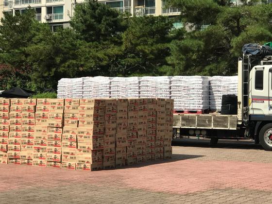 수성구 키다리 아저씨가 12일 기부한 쌀과 라면. 김윤호 기자