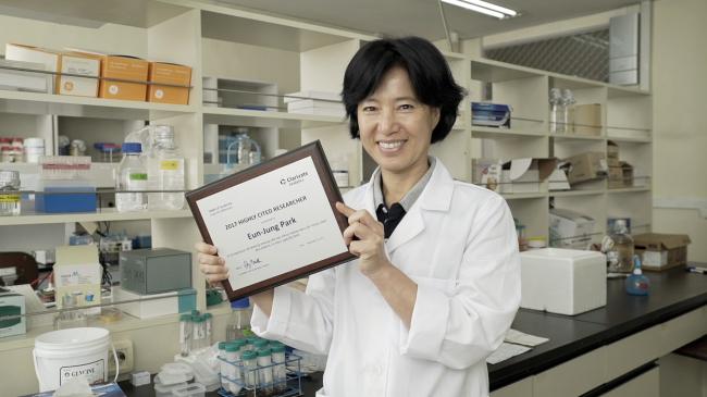 """지난 7일 실험실에서 만난 박은정 경희대 교수. 그는 """"인간의 아름다움은 끊임없는 성장해 가는 것""""이라고 말했다."""
