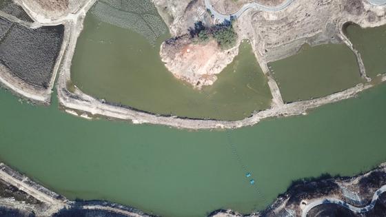 지난 3월 녹조가 발생한 영주댐 상류. 경북 영주 시민단체인 내성천 보존회는 영주댐 상류 10㎞ 지점에 있는 부속댐인 모래를 차단하는 유사조절지에서 녹조가 시작해 영주댐에도 나타나고 있다고 밝혔다. [내성천 보존회 제공=연합뉴스]