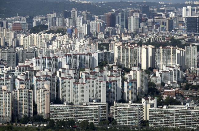 정부는 '9·13 주택시장 안정방안'을 통해 정부는 서울ㆍ세종 전역과 부산ㆍ경기 일부 등 집값이 급등한 조정대상지역 2주택 이상 보유자에 종부세 최고세율을 최고 3.2%로 중과하고, 세 부담 상한도 150%에서 300%로 올린다고 밝혔다. 집값 안정화는 미지수다. 공급 대책이 빠져 수요 분산의 한계가 예상되기 때문이다. [사진제공=연합뉴스]