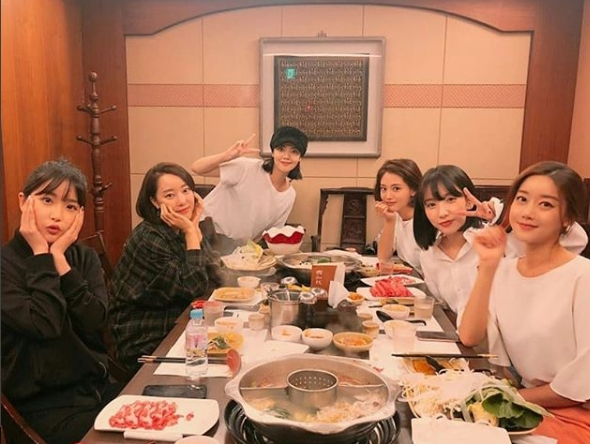 <p>Members of group Rainbow gathered together.</p><p>From Rainbow Jisook posted a picture taken with members on the personal instagram on September 14.</p><p>Jo Hyong Young, Ko Noun, Jeong Young Hee, Kim Jae-kyung, Jisook, Oh Seung Ah in the pictures are showing team chemistry as usual.</p><p>Jisook added, Happy birthday to my olukamsunaa sisters birthday! It was really funny, today I was disliked to split up, today is Sunnahs sisters birthday memorial rainbow party, Alicante and Noel sister in the heart added.</p><p>On the other hand, Rainbow disbanded in November 2016</p>